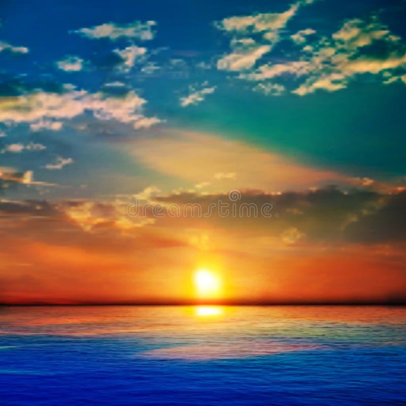 Abstracte blauwe aardachtergrond met overzees unset en wolken stock afbeelding