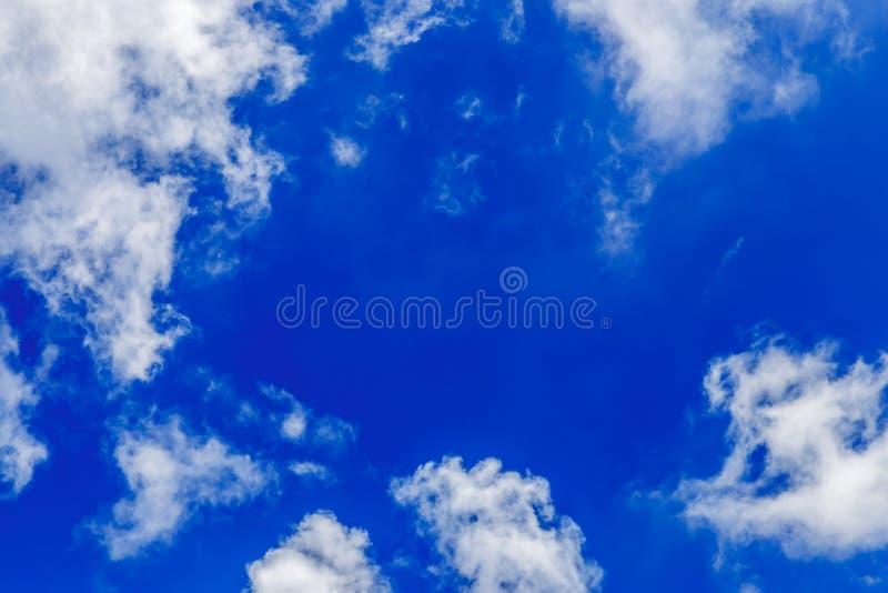 Abstracte blauwe hemel met witte wolkenachtergrond stock foto's