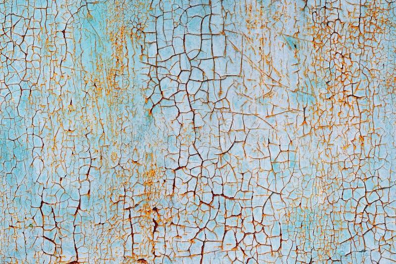 Abstracte blauwe oranje witte textuur met grungebarsten Gebarsten verf op een metaaloppervlakte Heldere stedelijke achtergrond me royalty-vrije stock afbeeldingen