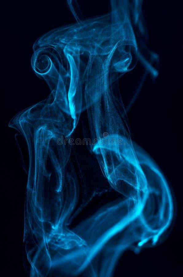 Abstracte blauwe rook op een donkere achtergrond stock afbeeldingen