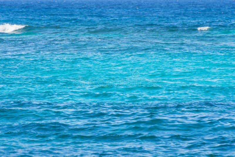 Abstracte blauwe waterachtergrond Overzees, oceaan turkoois blauw water stock fotografie