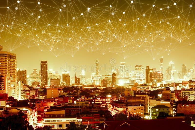 Abstracte de lijnverbinding van het netwerkweb over rug van de nacht de moderne stad royalty-vrije stock fotografie