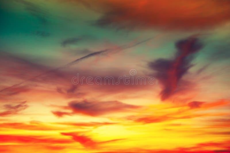 Abstracte die achtergrond door kleurrijke wolken bij zonsondergang wordt gevormd royalty-vrije stock foto's