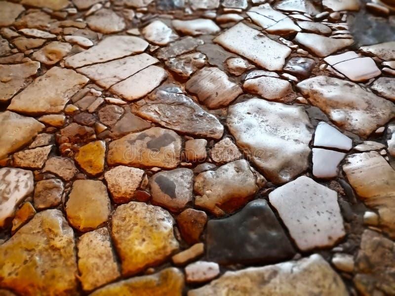 Abstracte die achtergrond met rots wordt gemaakt Close-upmening van rotsachtige straat stock fotografie
