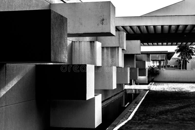 Abstracte die architectuur van beton met vierkante blokken wordt gemaakt die uit de muur plakken royalty-vrije stock foto