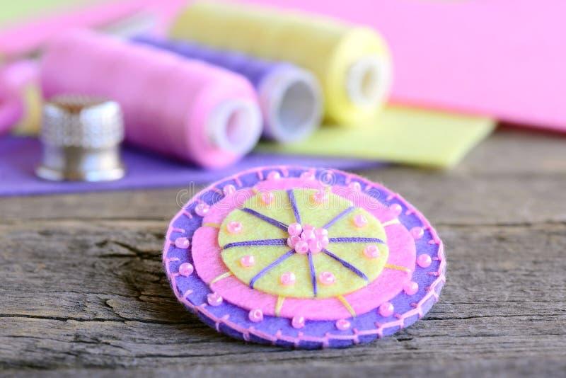 Abstracte die bloem van kleurrijke gevoelde en lichtrose parels wordt gemaakt Met de hand gemaakte mooie bloem, draad, kleurrijke stock afbeelding