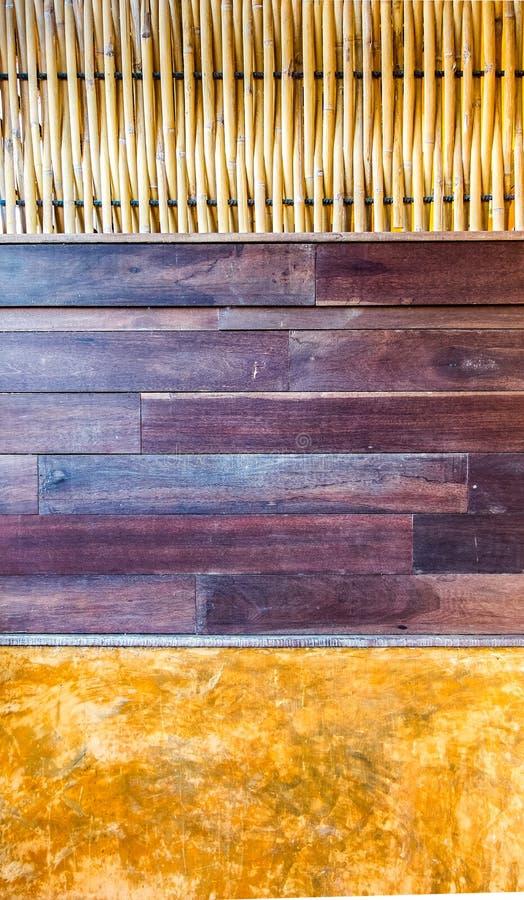 Abstracte die Muur met het Weven van Bamboestuk, Bruin Houten Comité en Oranje Klei wordt gecreeerd royalty-vrije stock afbeeldingen