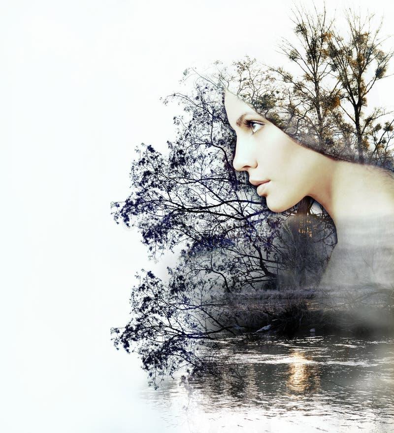 Abstracte dubbele blootstelling van vrouw en schoonheid van aard bij su stock foto