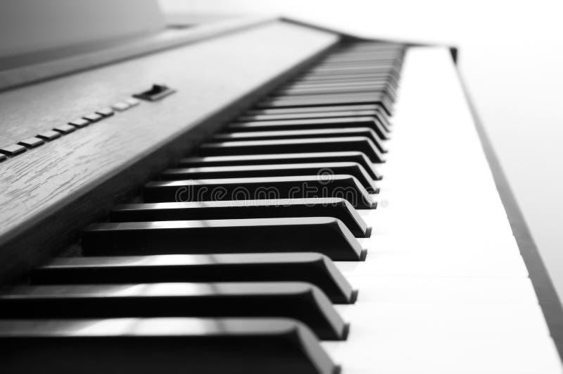 Abstracte en onduidelijk beeldachtergrond Het witte ivoor en de zwarte sleutels van een piano Zwart-wit Th stock foto's