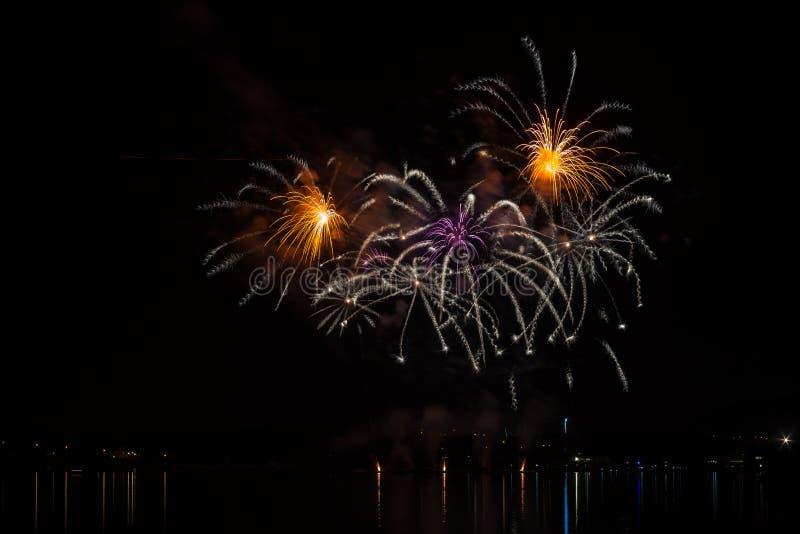 Abstracte explosie in rijk vuurwerk over oppervlakte van Brno Dam met meerbezinning royalty-vrije stock fotografie