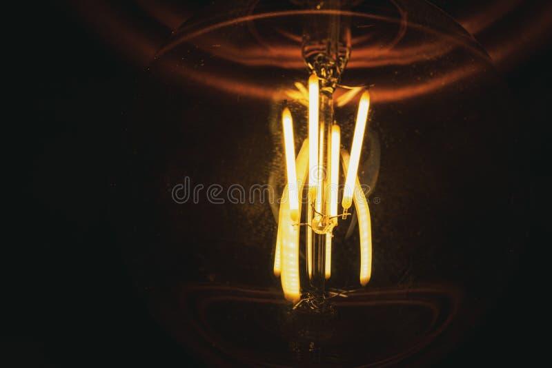 Abstracte foto van geleide spiralen in het close-upsinaasappel van de glaslamp royalty-vrije stock afbeeldingen