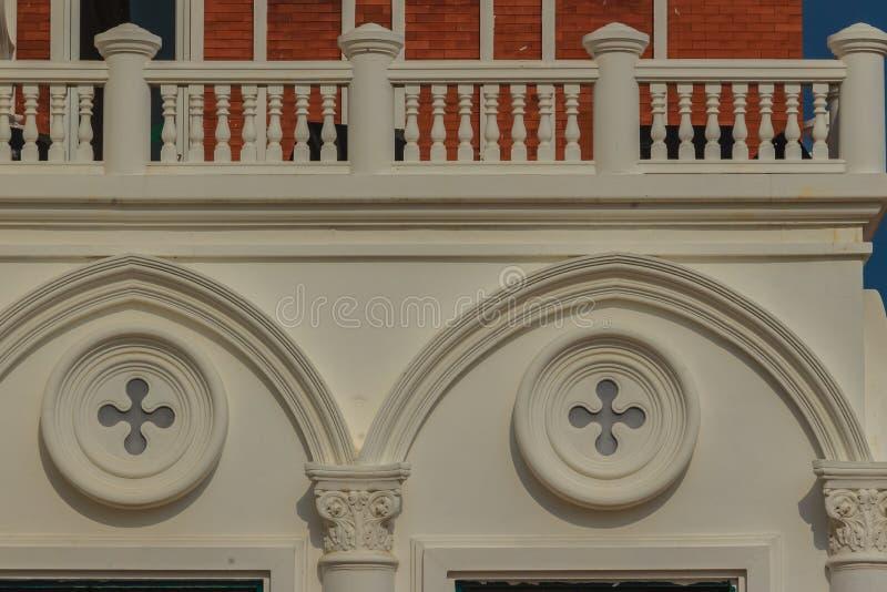 Abstracte Franse balkons die hierboven in cirkelvorm verfraaiden royalty-vrije stock afbeelding