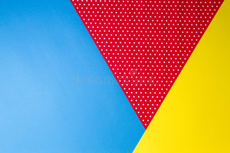 Abstracte geometrische blauwe, gele en rode stipdocument achtergrond royalty-vrije stock foto's
