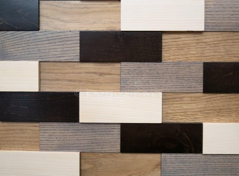 Abstracte geometrische die patroonmuur van houten bakstenen in zwarte, witte, grijze en bruine kleuren wordt gemaakt royalty-vrije stock fotografie