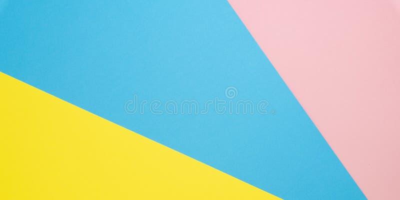 Abstracte geometrische document achtergrond Vlak leg op blauwe pastelkleur, roze en de gele tendens kleurt textuur Hoogste mening stock fotografie