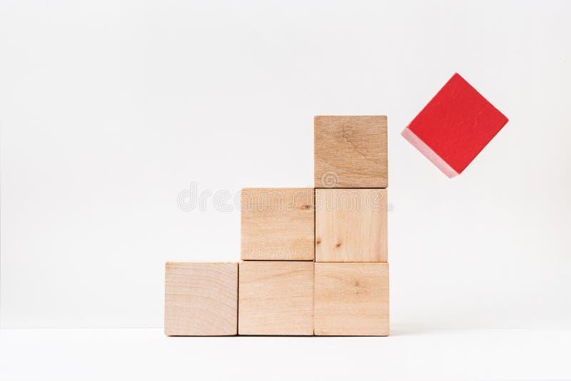 Abstracte geometrische echte houten kubuspiramide op witte vloerachtergrond Het ` s het symbool van maakt een fout, loopt in een  stock fotografie