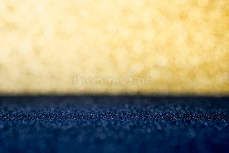 Abstracte gouden en donkerblauwe fonkelende bokeh muur en vloer backg stock afbeelding