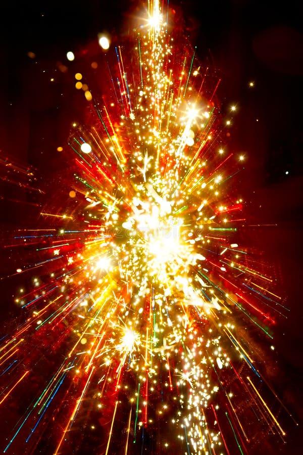 Abstracte gouden lichte Kerstmisboom op rode achtergrond royalty-vrije stock fotografie
