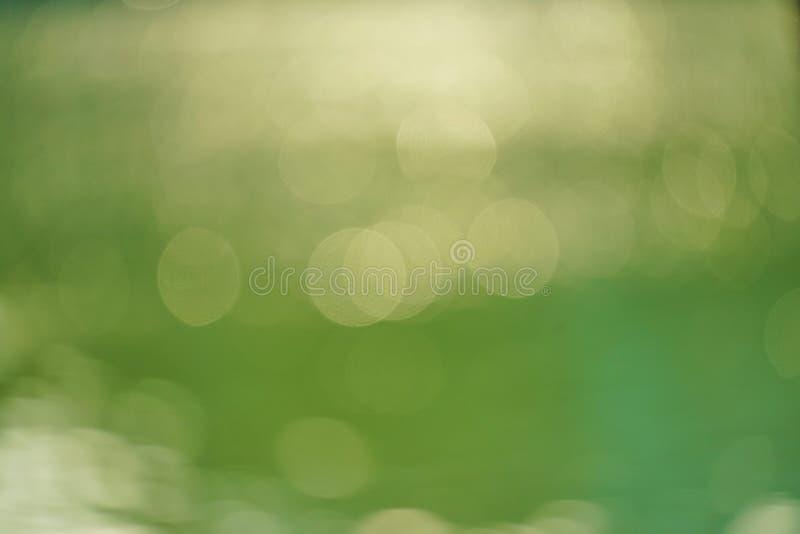 Abstracte groene aard vage achtergrond met helder zonlicht, gloed en bokeh royalty-vrije stock afbeeldingen