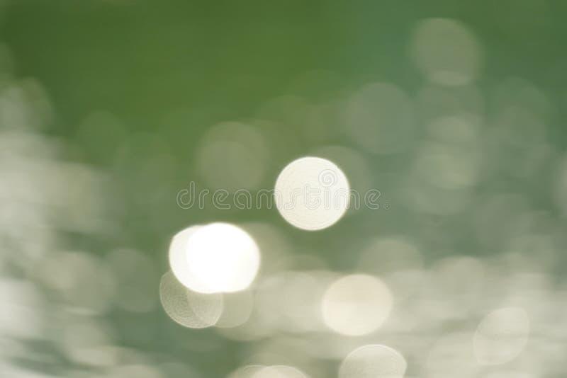 Abstracte groene aard vage achtergrond met helder zonlicht, gloed en bokeh stock afbeeldingen