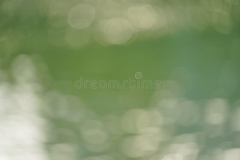 Abstracte groene aard vage achtergrond met helder zonlicht, gloed en bokeh royalty-vrije stock foto