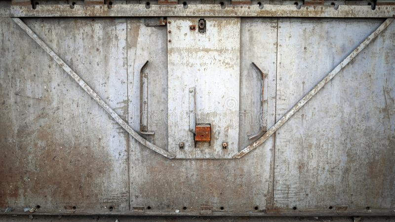 Abstracte grungy metaaloppervlakte en slot op roestige ijzerdeur van restauratierijtuigtrein stock afbeeldingen