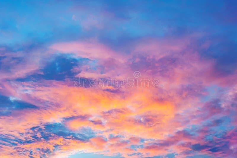 Abstracte hemel met wolk en kleur van zonsondergang of zonsopgang royalty-vrije stock afbeeldingen