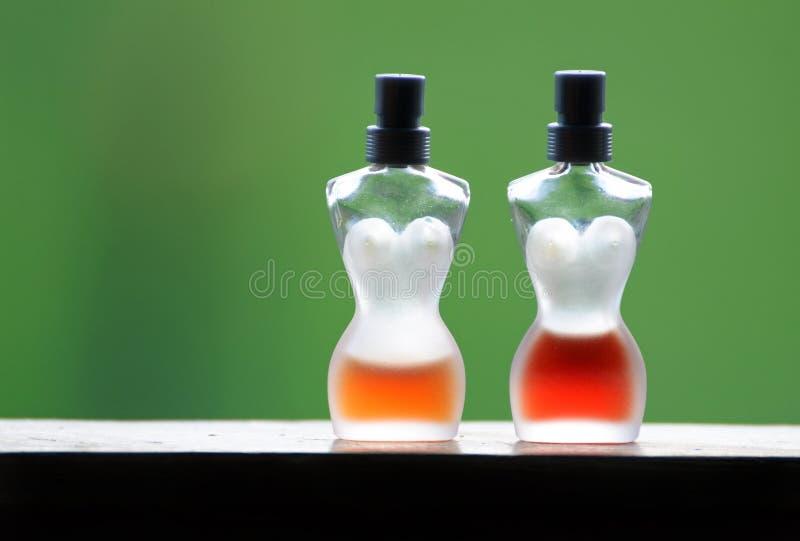 Abstracte het parfumflessen van het luxe Franse die glas half van parfumsfragrances worden gevuld royalty-vrije stock fotografie