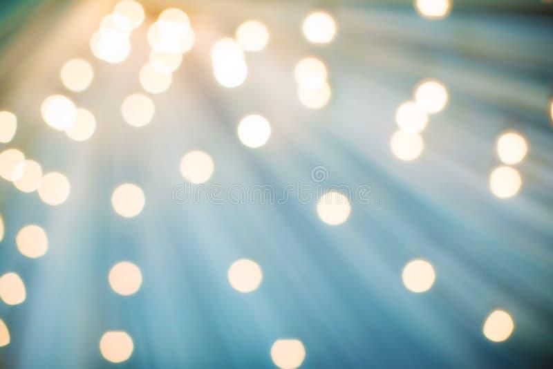 Abstracte Kerstmisachtergrond, licht onduidelijk beeld die tot aardige bokeh leiden Het gevolgenonduidelijke beeld uit nadruk ste royalty-vrije stock afbeeldingen