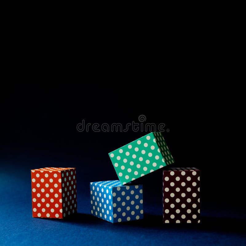 Abstracte kleurrijke geometrische de kubusdozen van het achtergrond levendige stippenpatroon Violette groene rechthoekige bloksam royalty-vrije stock fotografie