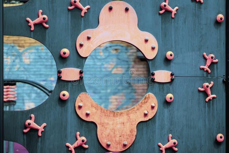 Abstracte kleurrijke houten glijbaan, heldere achtergrond voor moderne onderwerpen stock foto
