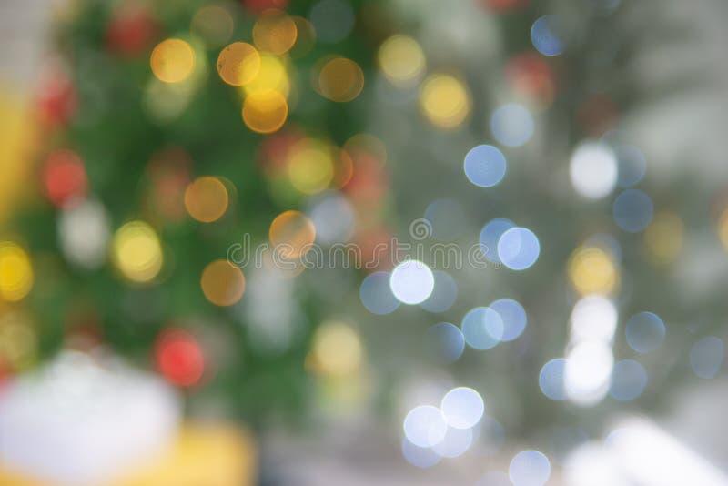 Abstracte, kleurrijke lichtachtergrond, met kaak van versierde kerstboom stock afbeeldingen