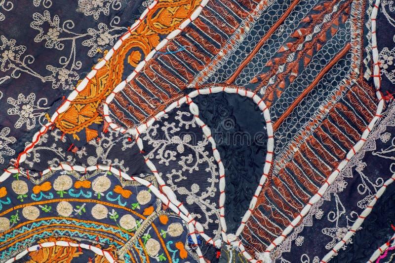Abstracte lapwerkachtergrond van retro Indisch met de hand gemaakt tapijt Kleurrijke met de hand gemaakte uitstekende details stock fotografie