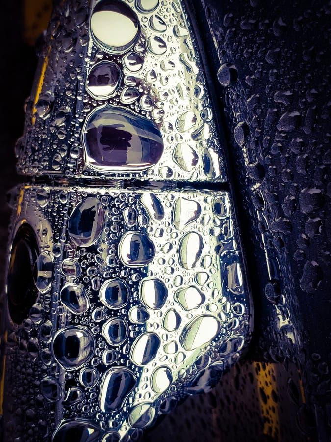 Abstracte macromening van waterdruppeltjes op glanzend chroomvoorwerp stock fotografie