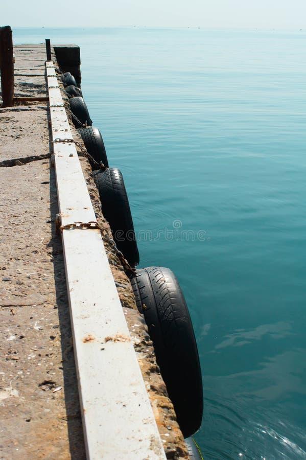 Abstracte mening van een jachthaven houten pijler in een ondiep turkoois zeewater Dunne samenstelling met veel ruimte royalty-vrije stock fotografie