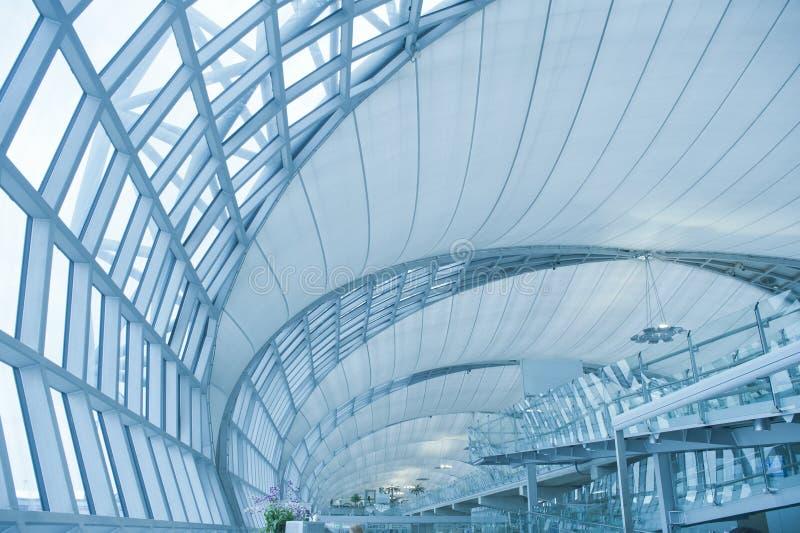 Abstracte moderne architectuur in de luchthaven van Bangkok stock fotografie