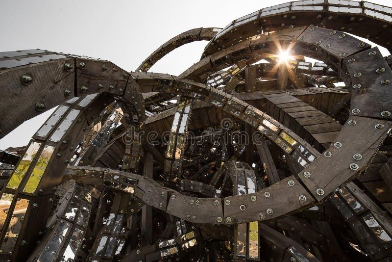 Abstracte moderne toekomstige architectuur Spiralen van hout, door metaal worden verbonden dat Meetkunde van architectuur stock afbeeldingen