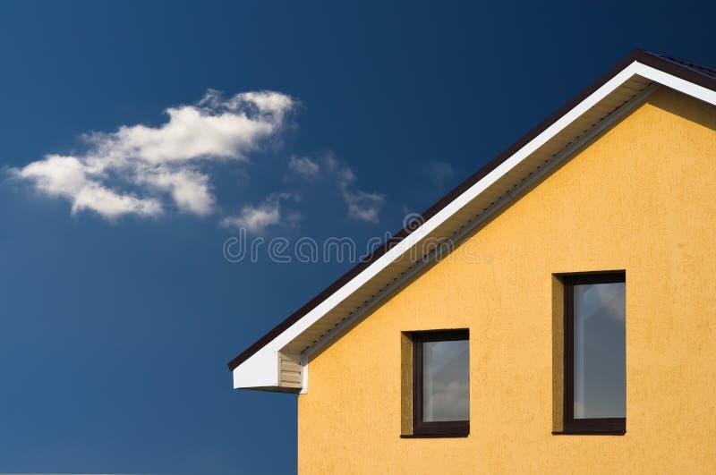 Abstracte mooie huisvoorzijde onder blauwe hemel royalty-vrije stock foto