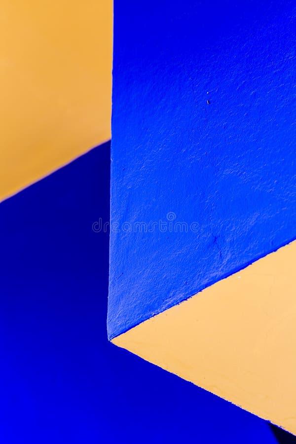 Abstracte muurhoeken en randen in tegenover elkaar stellende kleuren royalty-vrije stock foto