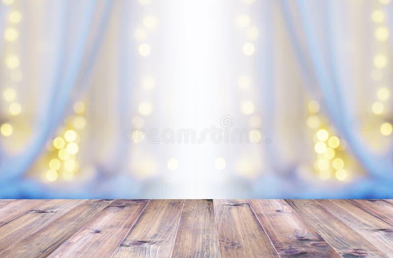 Abstracte onduidelijk beeldachtergrond van wit gordijn met gloeilamp bokeh stock afbeeldingen