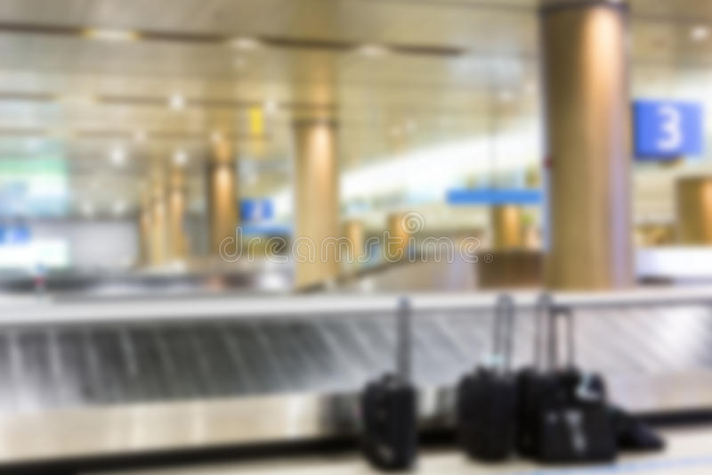 Abstracte onduidelijk beeldkoffers en bagageband stock fotografie