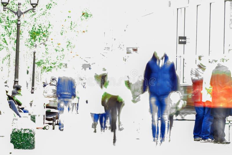 Abstracte onduidelijk beeldmensen die langs een boulevard in de stad lopen Mannelijke en vrouwelijke silhouetten Hoog sleutel Exe stock foto