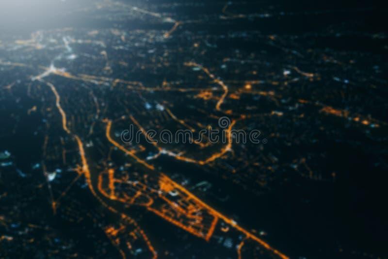 Abstracte onscherpe achtergrond, mening van stad van vliegtuig bij nacht stock afbeeldingen