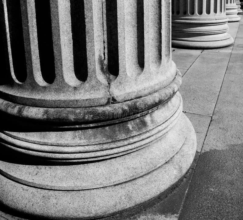 abstracte oude kolom in het land van Europa Italië en marmer stock afbeelding