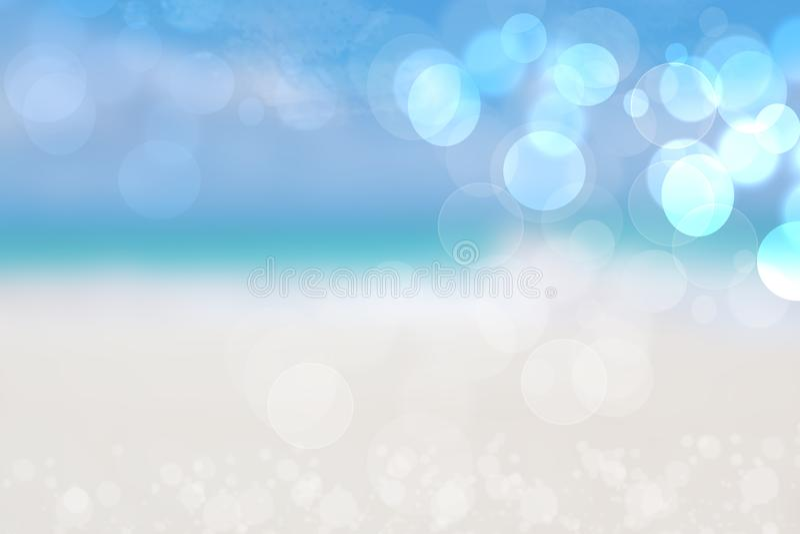 Abstracte overzeese achtergrond De abstracte zandige achtergrond van het de zomerstrand met bokehlichten op lichtblauwe hemel Moo royalty-vrije stock afbeeldingen