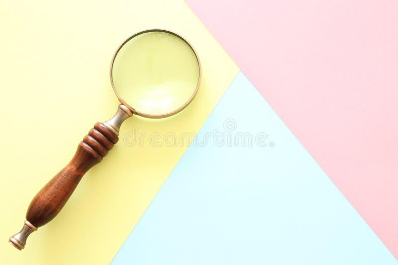 Abstracte pastelkleur gekleurde document textuur Minimale geometrische vormen en lijnen in ontwerpconcept Uitstekend vergrootglas royalty-vrije stock foto
