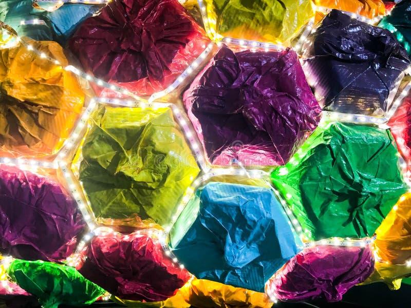 Abstracte plastic kunstmatige multicolored glanzende gloeiende LEIDENE vakantie vrolijke mooie blije hexagonale cellen Achtergron royalty-vrije stock foto