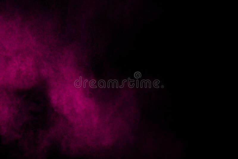 Abstracte purpere rookstroom op zwarte achtergrond stock afbeeldingen