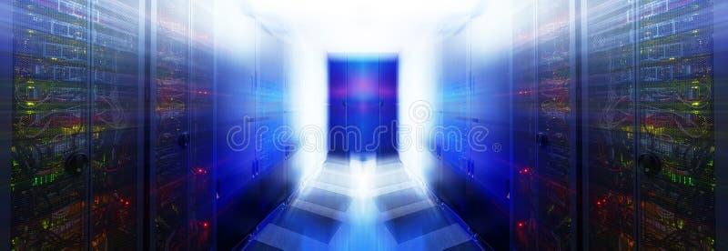 Abstracte ruimte met rijen van serverhardware in het gegevenscentrum stock afbeelding