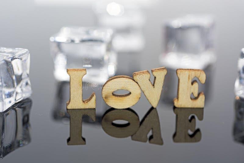 Abstracte samenstelling van liefde Geïsoleerde houten brieven en glasballen royalty-vrije stock afbeeldingen